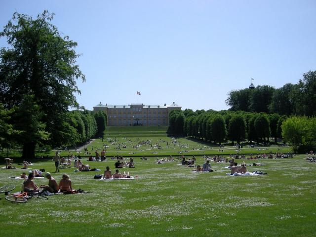 Il Parco Frederiksberg - Ph. Credits: Malouette from Frederiksberg / Copenhagen, Denmark (Summer in my neighbourhood) [CC BY 2.0 (https://creativecommons.org/licenses/by/2.0)], via Wikimedia Commons
