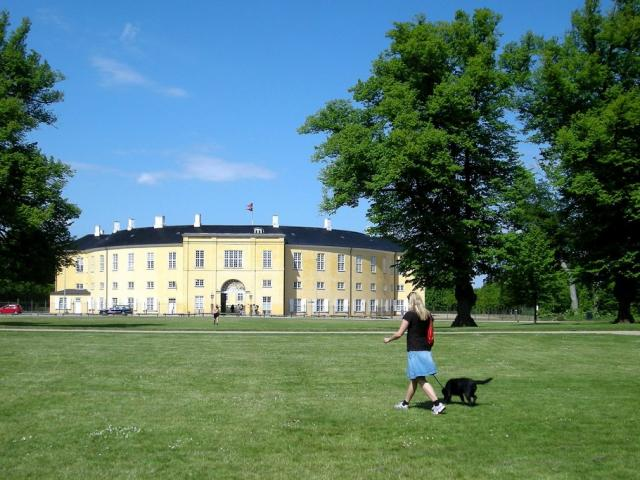 Il Parco Søndermarken in Danimarca - Ph. Credits: Malouette from Frederiksberg / Copenhagen, Denmark (Frederiksberg Castle) [CC BY 2.0 (https://creativecommons.org/licenses/by/2.0)], via Wikimedia Commons