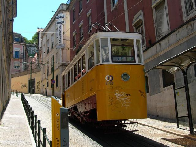Elevador da Gloria - Ph. credits: Maragato1976 [CC BY-SA 3.0  (https://creativecommons.org/licenses/by-sa/3.0)], from Wikimedia Commons