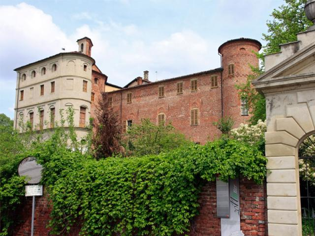 Castello di Pralormo, cani ammessi - Ph. Credits: Alessandro Vecchi [CC BY-SA 4.0 (https://creativecommons.org/licenses/by-sa/4.0)], from Wikimedia Commons