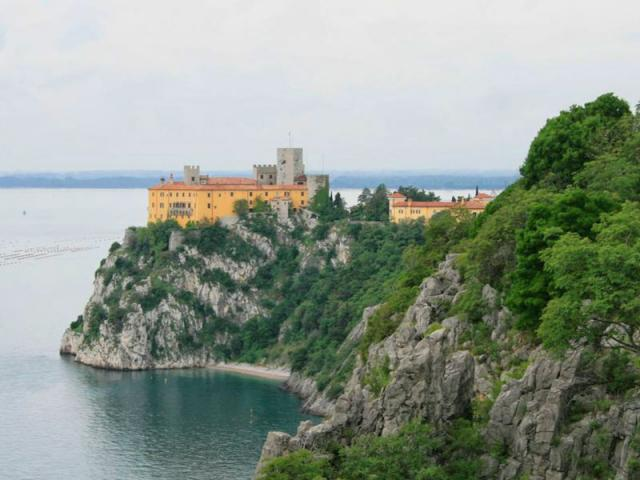 Castello di Duino, cani ammessi - Ph. credits: Franz Xaver [CC BY-SA 3.0 (https://creativecommons.org/licenses/by-sa/3.0) or GFDL (http://www.gnu.org/copyleft/fdl.html)], from Wikimedia Commons - edited by: Dogwelcome
