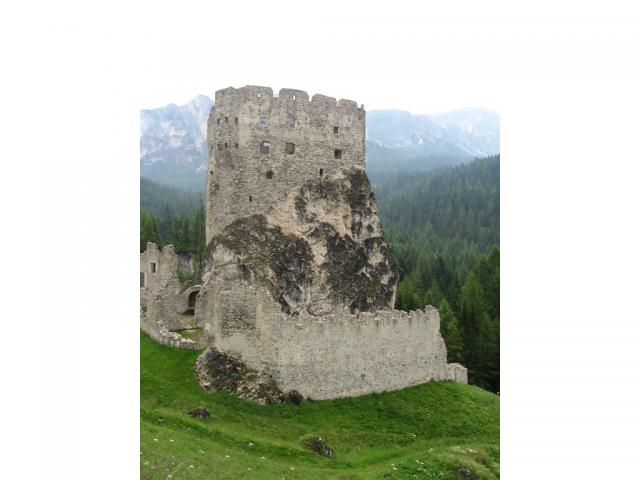 Castello di Andraz, Dolomiti - Ph. Credits: Foflynn [CC BY-SA 3.0 (https://creativecommons.org/licenses/by-sa/3.0) or GFDL (http://www.gnu.org/copyleft/fdl.html)], from Wikimedia Commons
