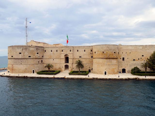 Castello Aragonese Taranto, cani ammessi - Ph. credits: Livioandronico2013 [CC BY-SA 4.0 (https://creativecommons.org/licenses/by-sa/4.0)], from Wikimedia Commons