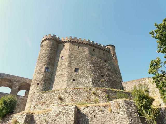 Castello Malaspina, cani ammessi - Ph. credits: Davide Papalini [CC BY-SA 3.0 (https://creativecommons.org/licenses/by-sa/3.0)], from Wikimedia Commons