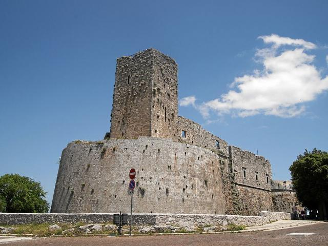 Castello di Monte Sant'Angelo, cani ammessi - Ph. credits: Mboesch [CC BY-SA 4.0 (https://creativecommons.org/licenses/by-sa/4.0)], from Wikimedia Commons