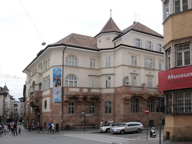 Museo Otzi, cani ammessi - Ph. credits: Hubert Berberich (HubiB) [CC BY 3.0 (https://creativecommons.org/licenses/by/3.0)], from Wikimedia Commons