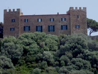 Castello di Castiglione della Pescaia, cani ammessi - Ph. credits: Petitverdot: Matteo Vinattieri [GFDL (http://www.gnu.org/copyleft/fdl.html) or CC BY 3.0 (https://creativecommons.org/licenses/by/3.0)], from Wikimedia Commons