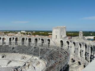 Anfiteatro di Arles, cani ammessi - Ph. credits: Sébastien HOSY [CC BY-SA 3.0 (https://creativecommons.org/licenses/by-sa/3.0)], from Wikimedia Commons