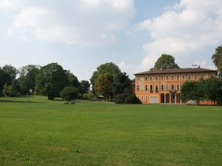 Parco Villa LItta, cani ammessi - Ph. credits: Goldmund100 [CC BY-SA 3.0 (https://creativecommons.org/licenses/by-sa/3.0) or GFDL (http://www.gnu.org/copyleft/fdl.html)], from Wikimedia Commons