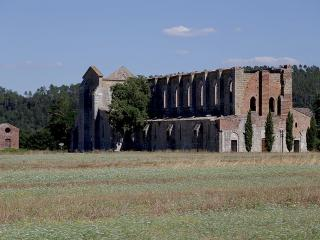 Abbazia San Galgano, cani ammessi - Ph. credits: Quinok [CC BY-SA 4.0 (https://creativecommons.org/licenses/by-sa/4.0)], from Wikimedia Commons